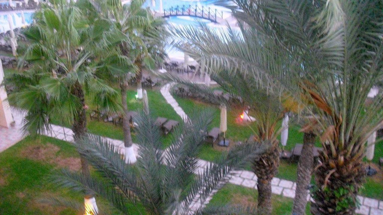 Gartenanlage am Abend Hotel Paradis Palace