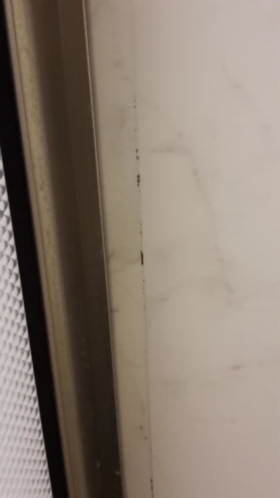Schimmel in den Fugen im Badezimmer\