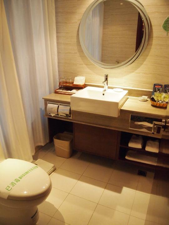 Bad mit Fenster und Vorhang zum Zimmer Park Hotel