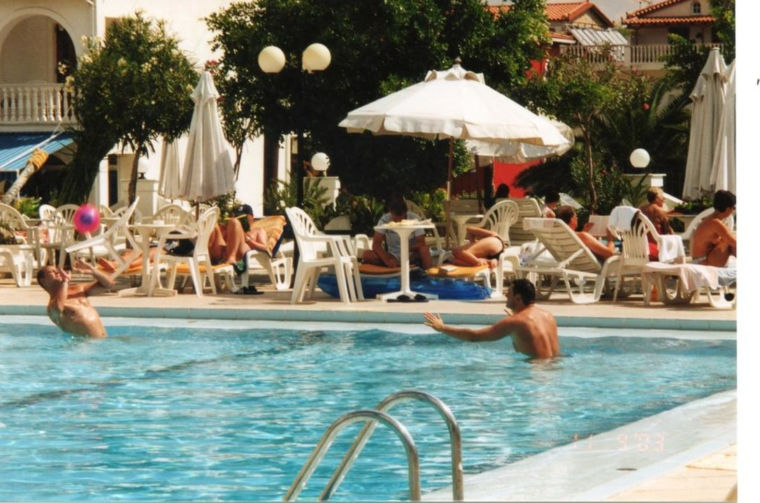 Wir im Pool beim Wasserball spielen. Zante Park Resort & Spa - BW Premier Collection