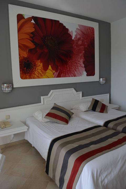 sch nes bild ber dem bett sunconnect one resort. Black Bedroom Furniture Sets. Home Design Ideas