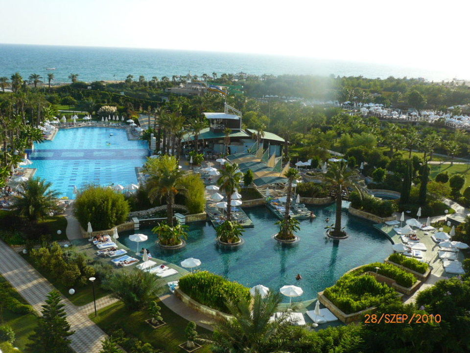 View and swimming pool Hotel Concorde De Luxe Resort