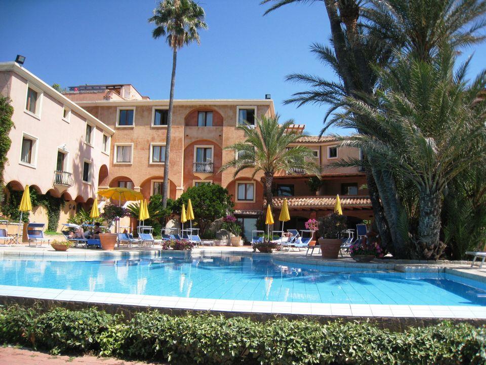 Bild ausblick vom zimmer mit jacuzzi auf der terrasse zu for Hotel mit jacuzzi im zimmer nrw