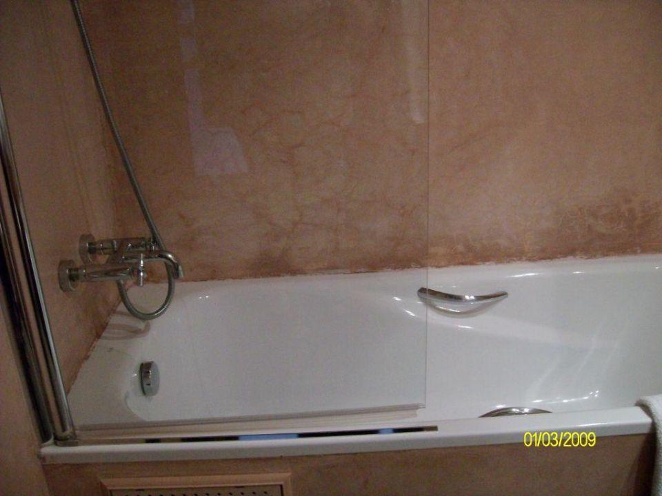 badewanne mit dusche und glast r als spritzschutz hotel. Black Bedroom Furniture Sets. Home Design Ideas