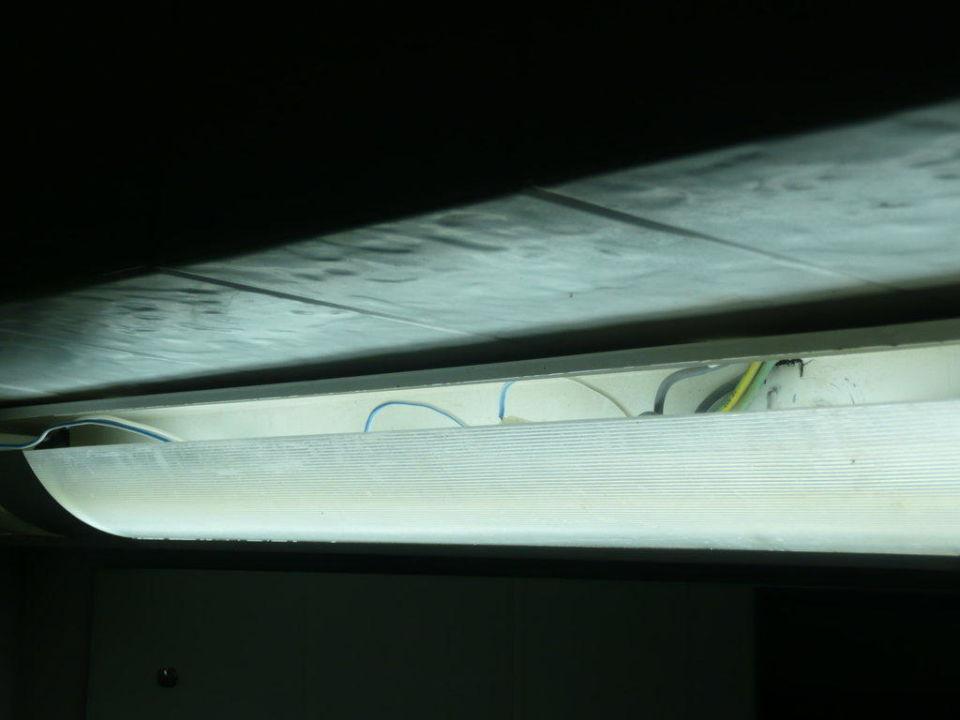 Lampe im Bad von Zimmer 122 Club Hotel Dolphin