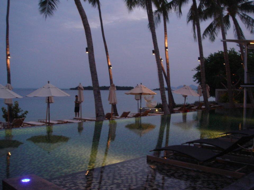 Der Pool abends Hotel Sareeraya Villas & Suites