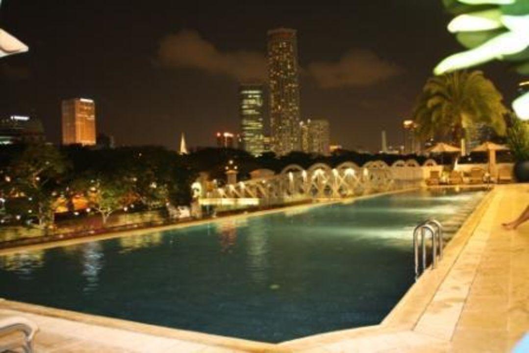 Der Pool bei Nacht Hotel The Fullerton