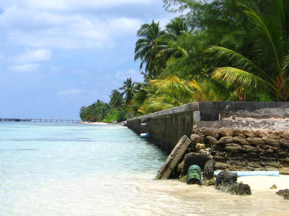 Пляж отеля Equator Village Resort