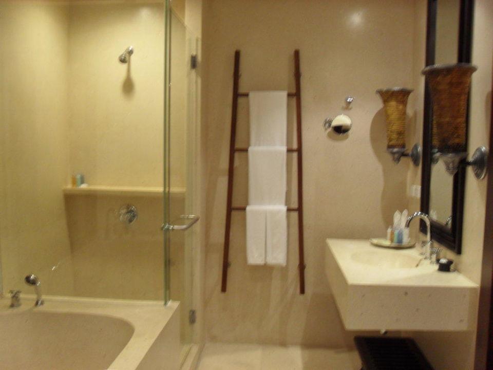 Badezimmer mit Wanne und Dusche Mövenpick Resort & Spa Karon Beach Phuket
