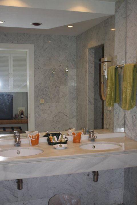 Badezimmer mit Doppelwaschbecken Iberostar Marbella Coral Beach