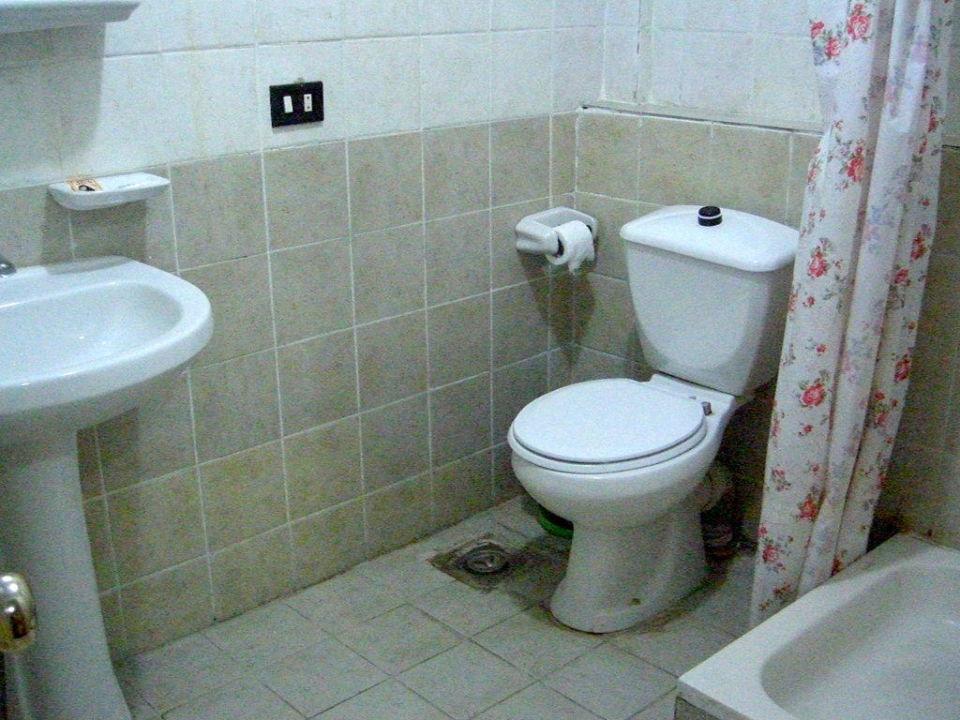 Toilette und Dusche Cairo Center Hotel