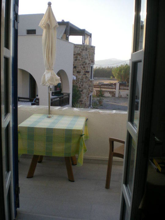 Balkon mit Plastikmobiliar Athina Studios & Apartments