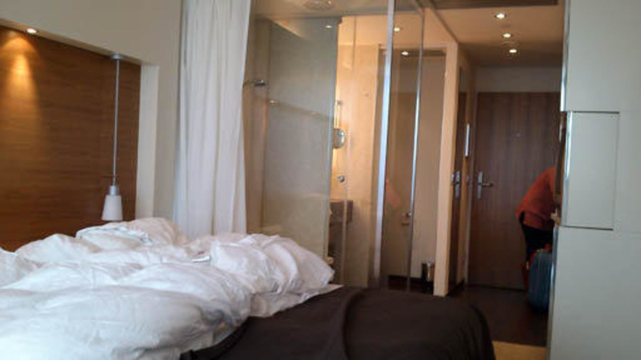 zimmer mit glas bad pullman dresden newa dresden holidaycheck sachsen deutschland. Black Bedroom Furniture Sets. Home Design Ideas