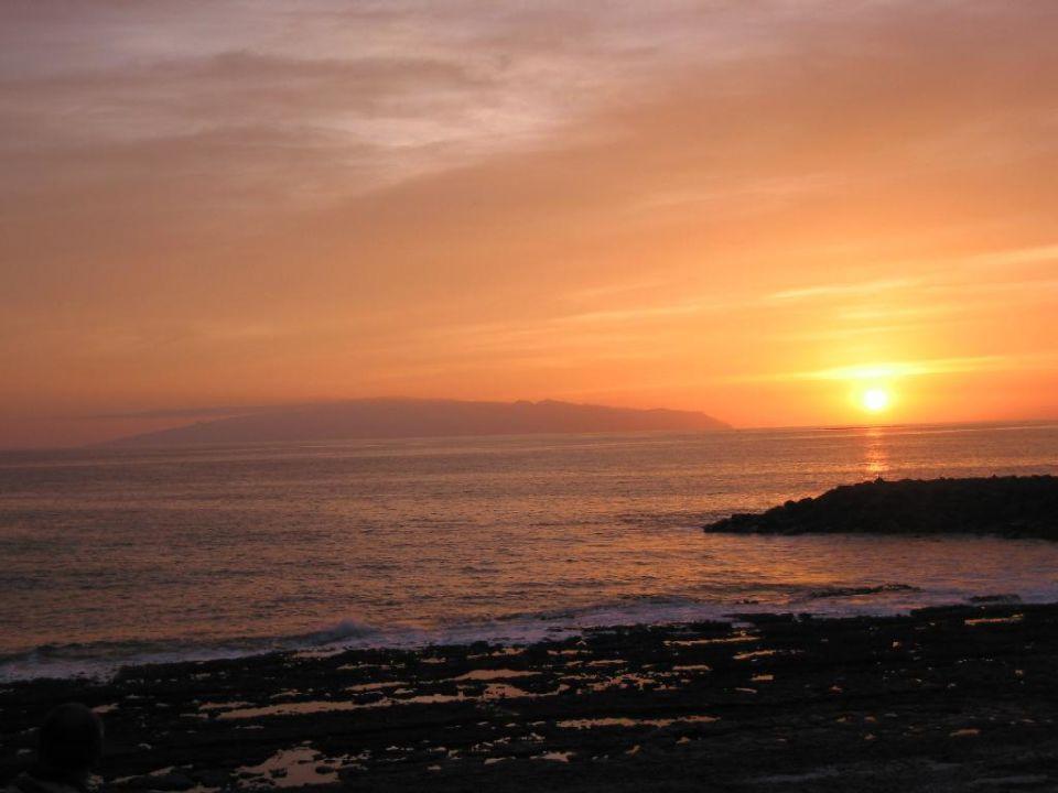 Gomera im Sonnenuntergang/Blick von der Strandpromenade unte lti Gala