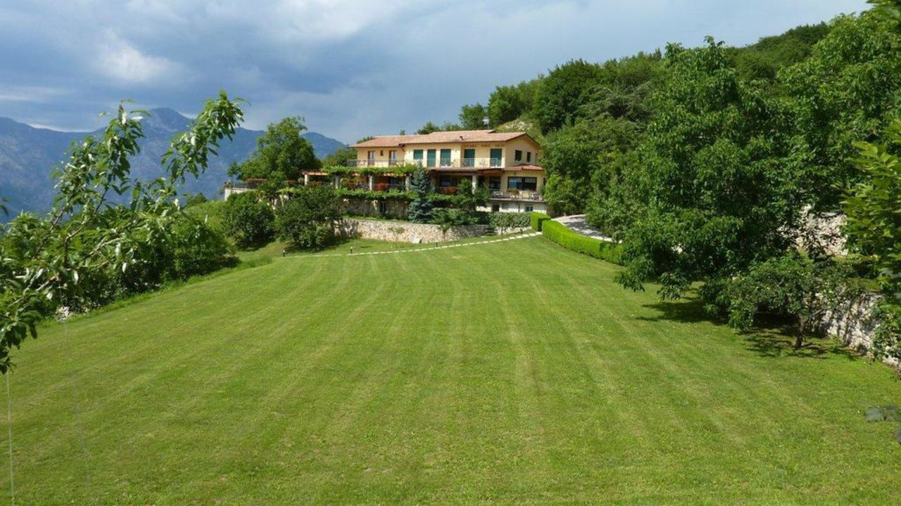 Bild ausicht vom pool zu hotel locanda monte baldo in for Garten pool 4m