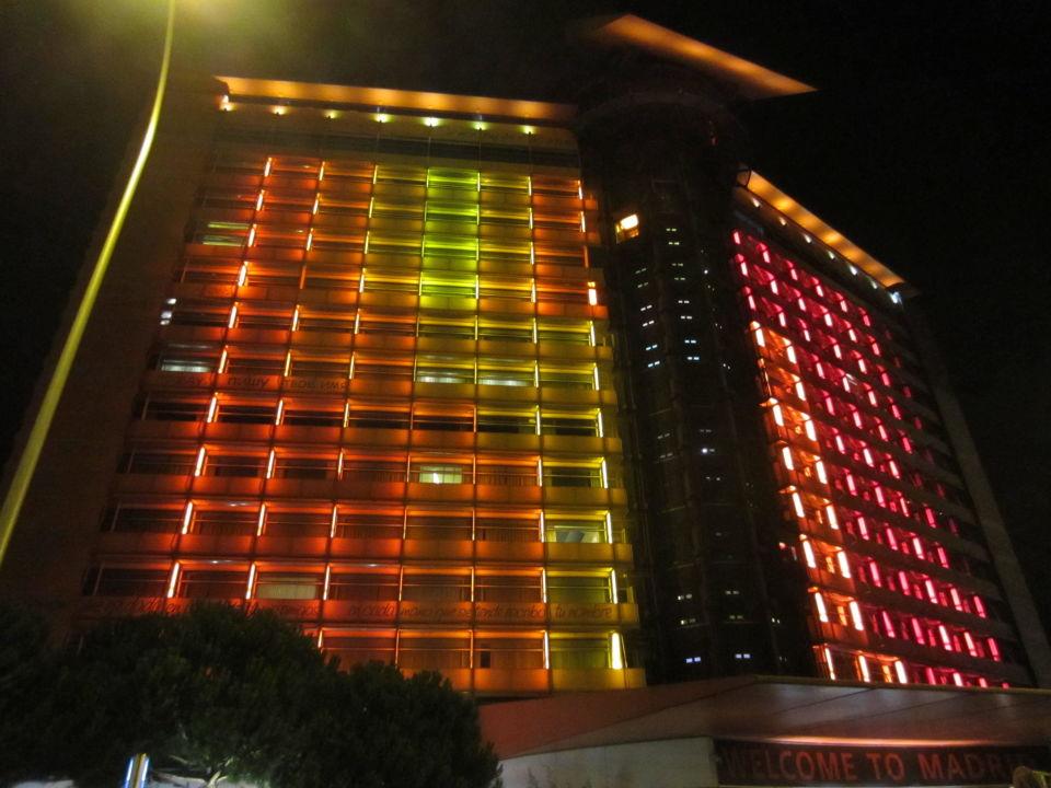 Hotelbeleuchtung bei Nacht\
