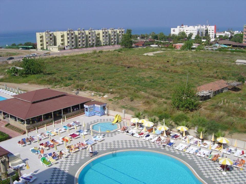 Blick auf die Poolbar und Umgebung Hotel Titan Garden