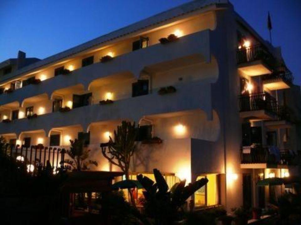Hotel wieczorem Hotel Baia Degli Dei