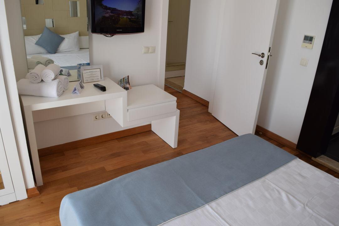 Schlafzimmer ablage und tv ger t gegen ber vom bett sianji well being resort turgutreis - Ablage schlafzimmer ...