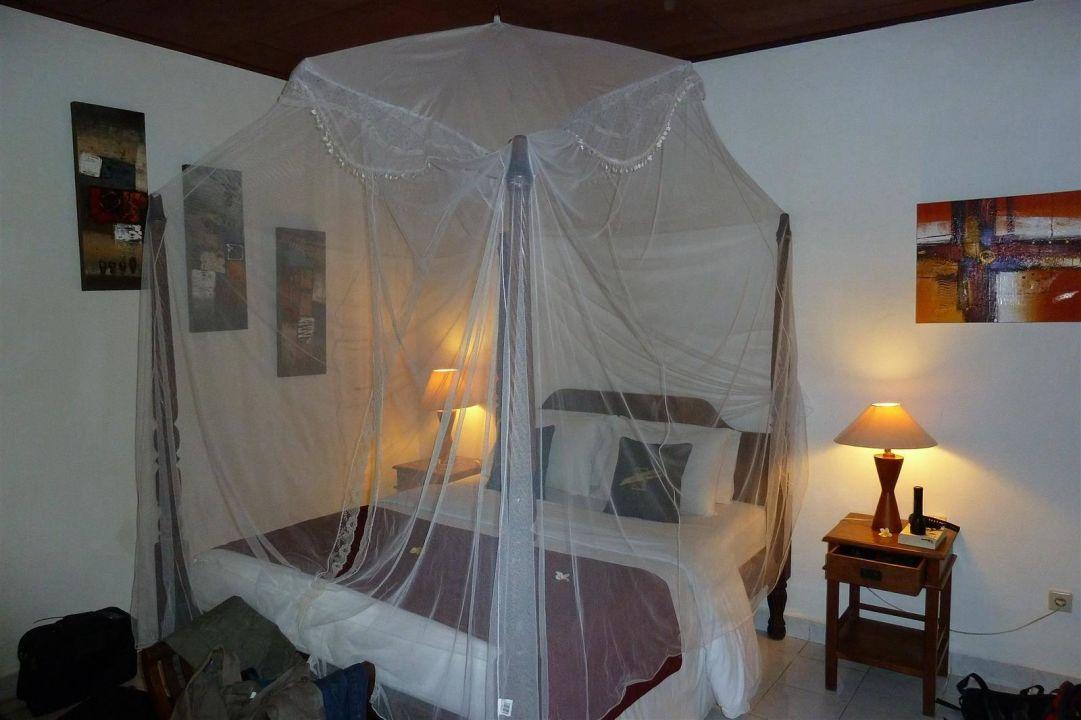 Bungalow mit Doppelbett und Moskitonetz Hotel Tauch Terminal Resort Tulamben