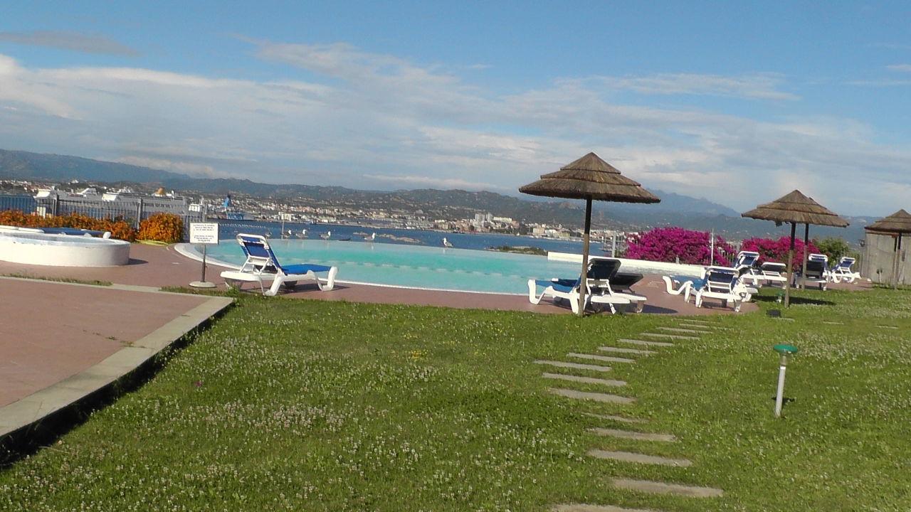 Pool mit Liegewiese Alessandro Hotel