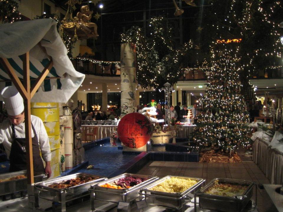 weihnachtliches atrium mit buffet estrel hotel berlin. Black Bedroom Furniture Sets. Home Design Ideas