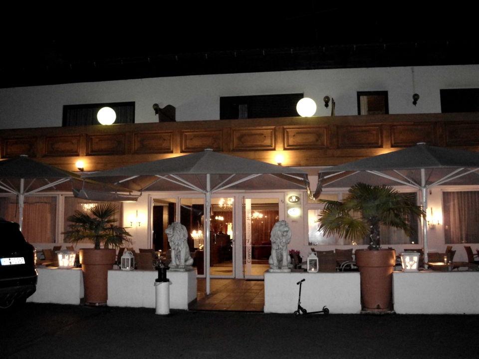 Schlosshof am Abend Schlosshof Resort - Charme Hotel