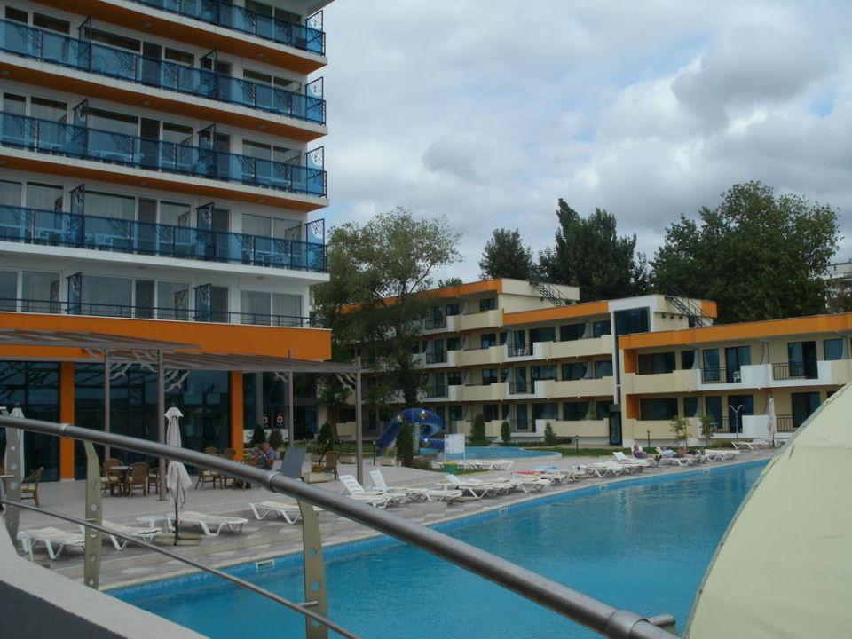 Haupt- und Nebengebäude und Pool Hotel Glarus Beach