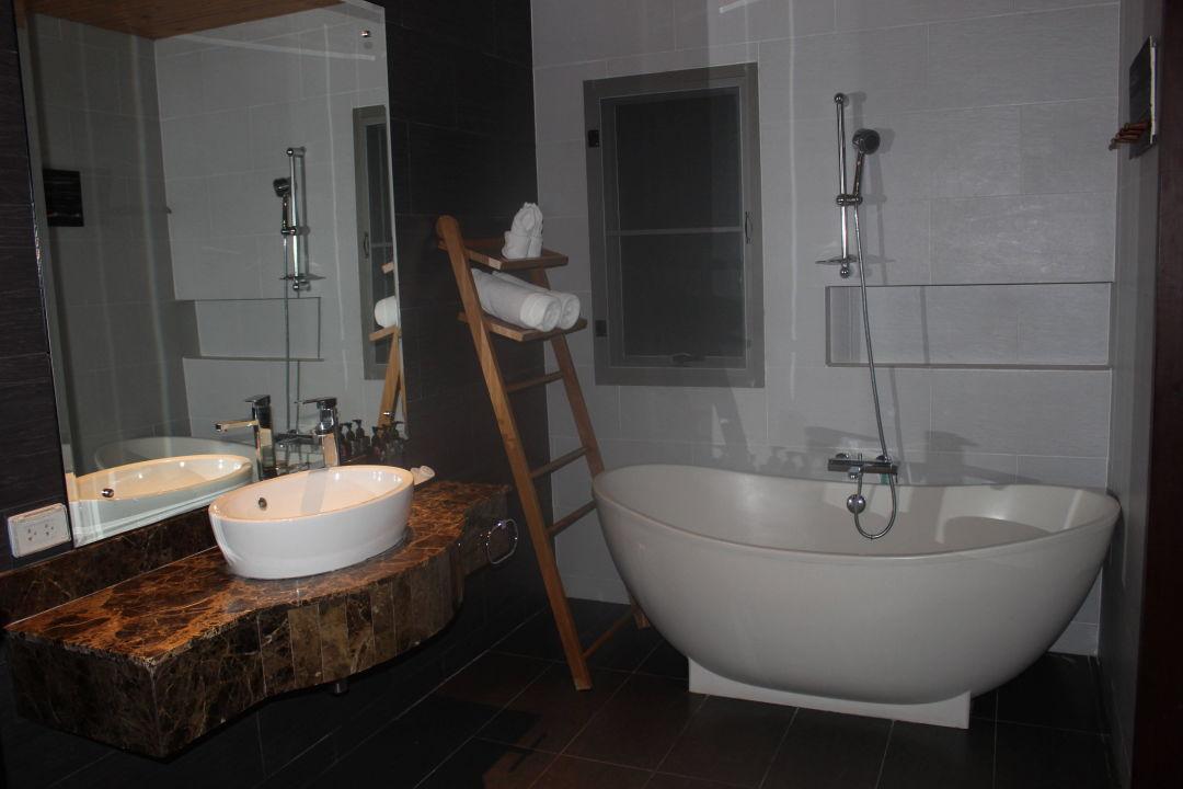 bad mit freistehender badewanne mandarava resort spa in karon beach holidaycheck phuket. Black Bedroom Furniture Sets. Home Design Ideas