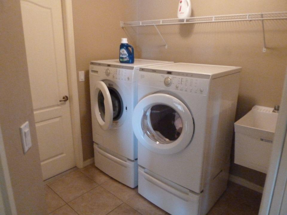 Hängen sie die wäsche gewaschen auf dem trockner stock fotografie