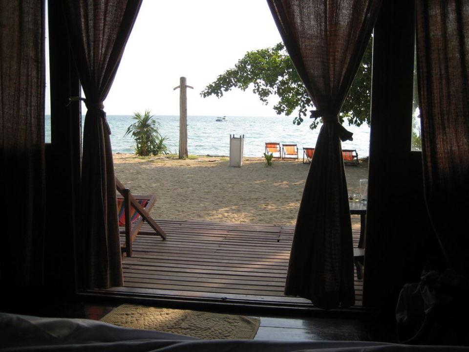 Blick vom Bett auf das Meer Hotel Thapwarin Resort