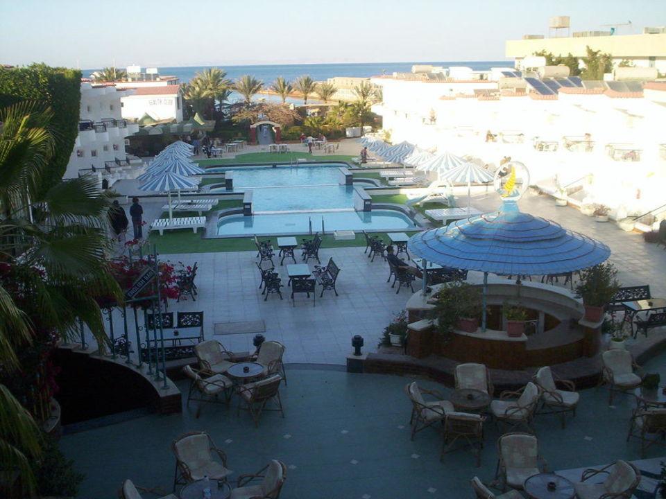 Widok z pokoju na tył hotelu Hotel Sand Beach