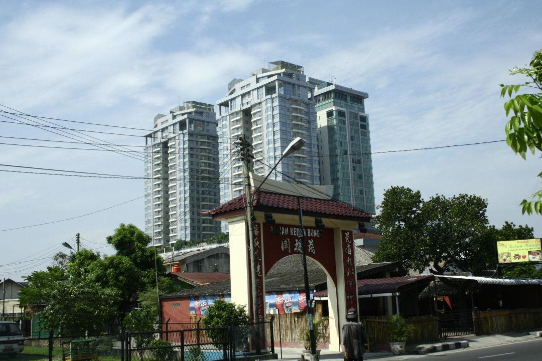 Nur der äußerste rechte Turm ist das Hotel Hotel Grand Swiss-Belhotel Medan