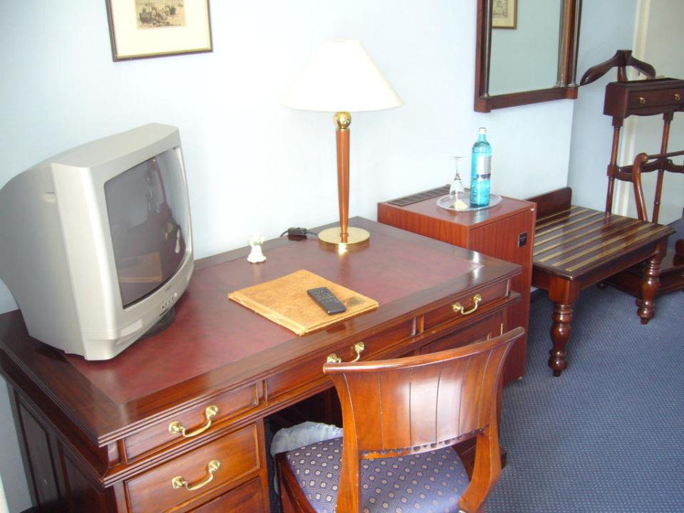 Bild schreibtisch mit fernseher zu schlosshotel ralswiek for Schreibtisch 1 60 m