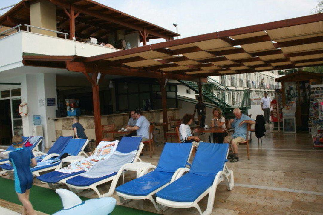 Bar/Pool und Liegen, eine enge Angelegenheit Hotel Eken Resort