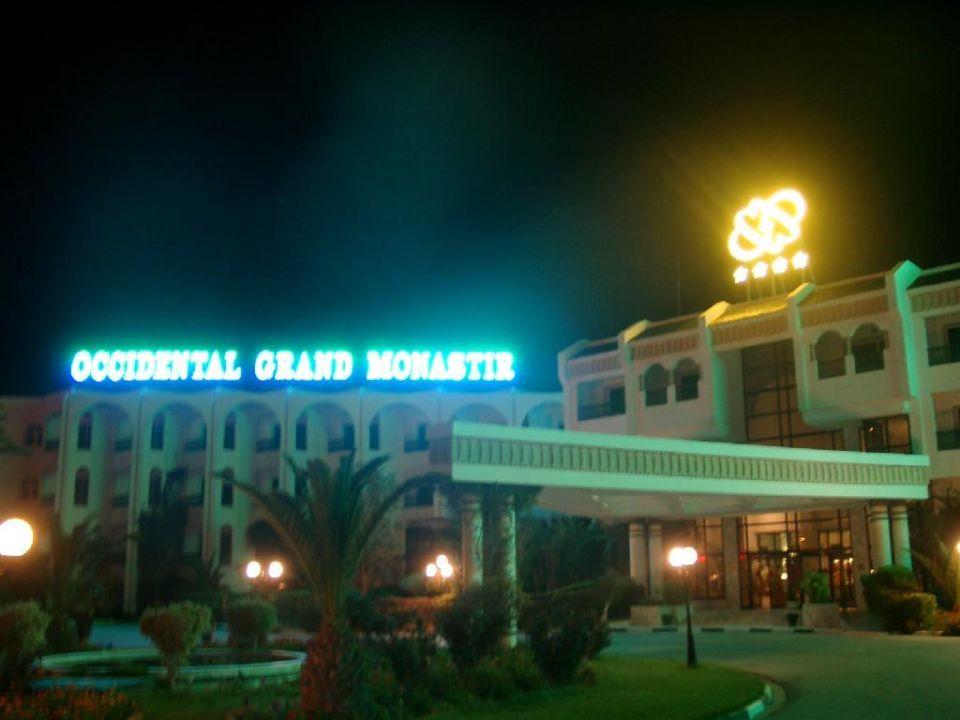 Hoteleingang nachts Dessole Bella Vista Resort