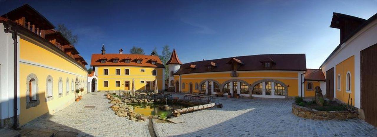 Innenhof-Panoramabild Hotel U Spejcharu
