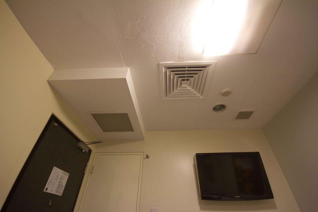 Decke/Fernseher/Türen/Eingang/Bad\
