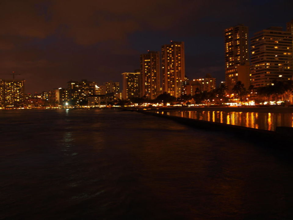 Strand Waikiki am Abend Hotel Hyatt Place Waikiki Beach