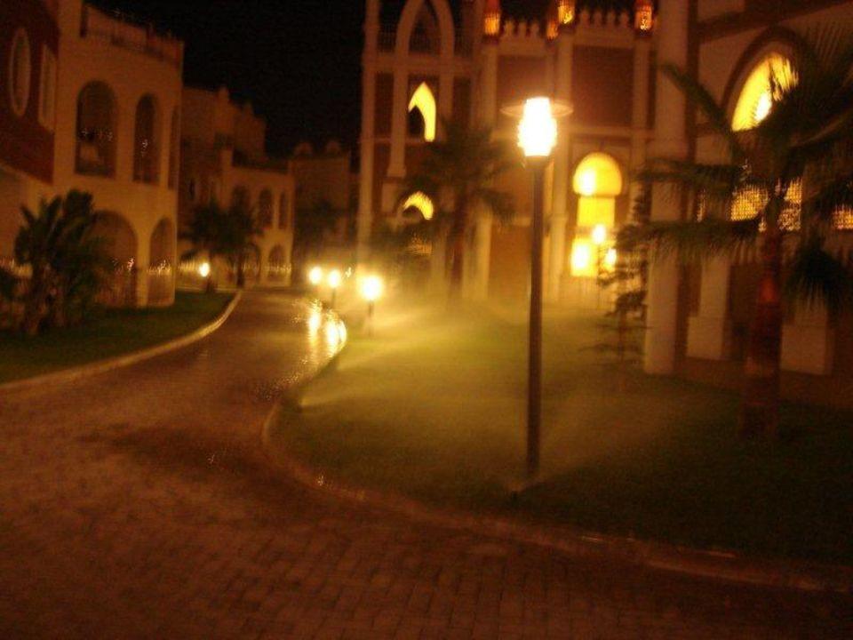 Gartenanlage bei Nacht Kamelya Collection Hotel Fulya