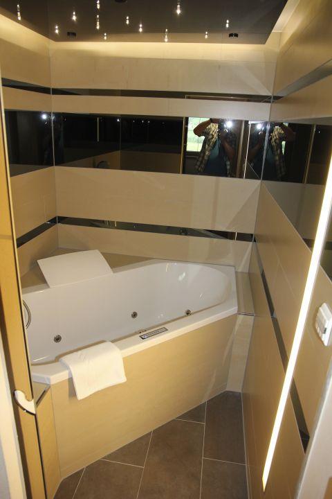 zweites badezimmer mit whirlpool family suite delu sport wellnesshotel held f gen. Black Bedroom Furniture Sets. Home Design Ideas