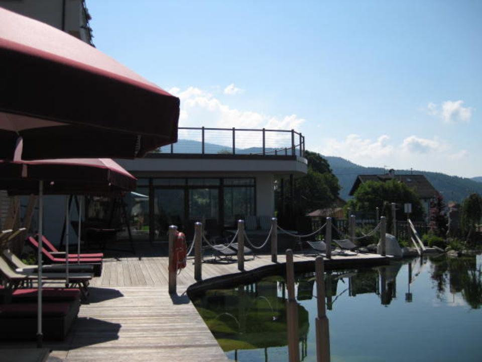 Naturbadeteich mit Liegen Hotel Chalet Mirabell