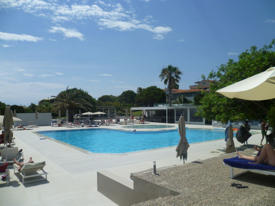 bild pool vom strand aus zu the bay hotel suites in vassilikos. Black Bedroom Furniture Sets. Home Design Ideas