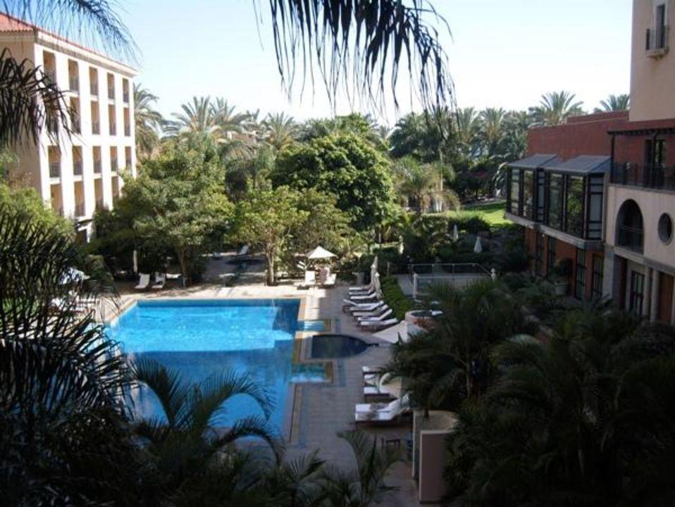 Blick auf Plaza und Teil des Gartens und großen Pool Lopesan Costa Meloneras Resort, Spa & Casino