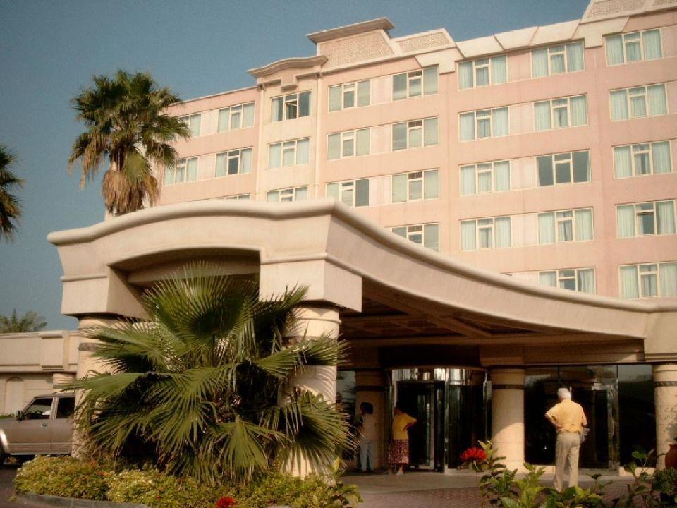 Eingangsbereich zum Coral Beach Resort Sharjah (Straßenseite Hotel Coral Beach Resort