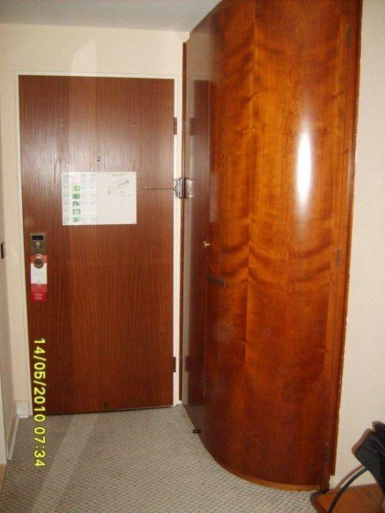 Kleiderschrank In Der Zimmerecke Leonardo Hotel Hamburg Stillhorn