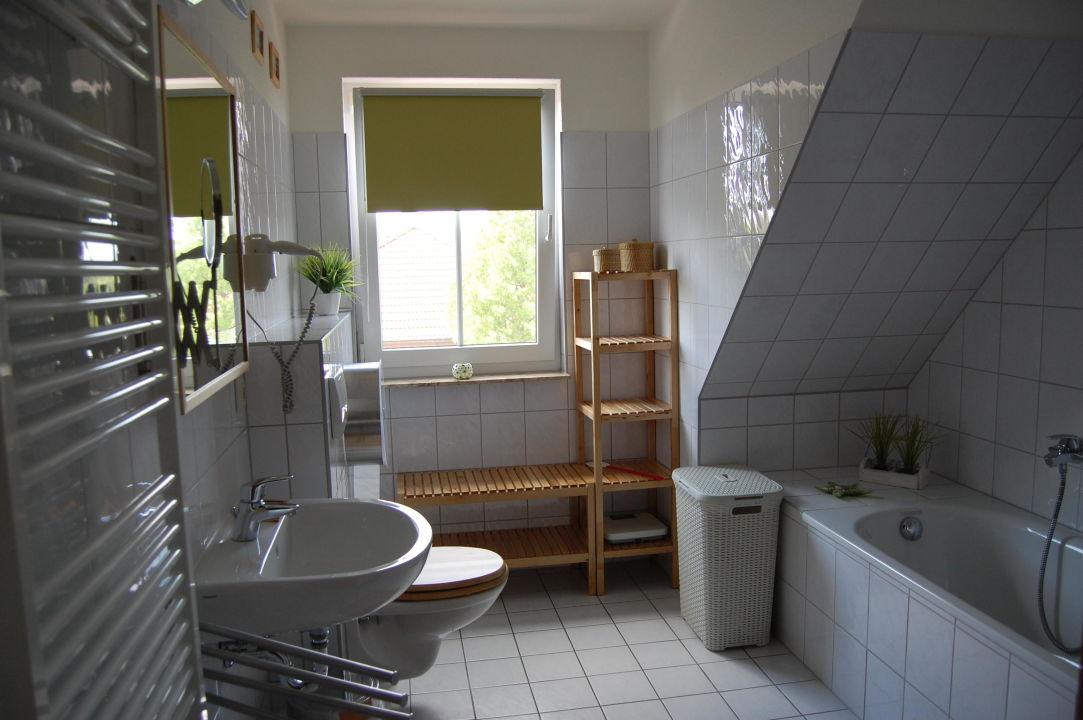 Badezimmer mit Wanne, Dusche und Fußbodenheizung\