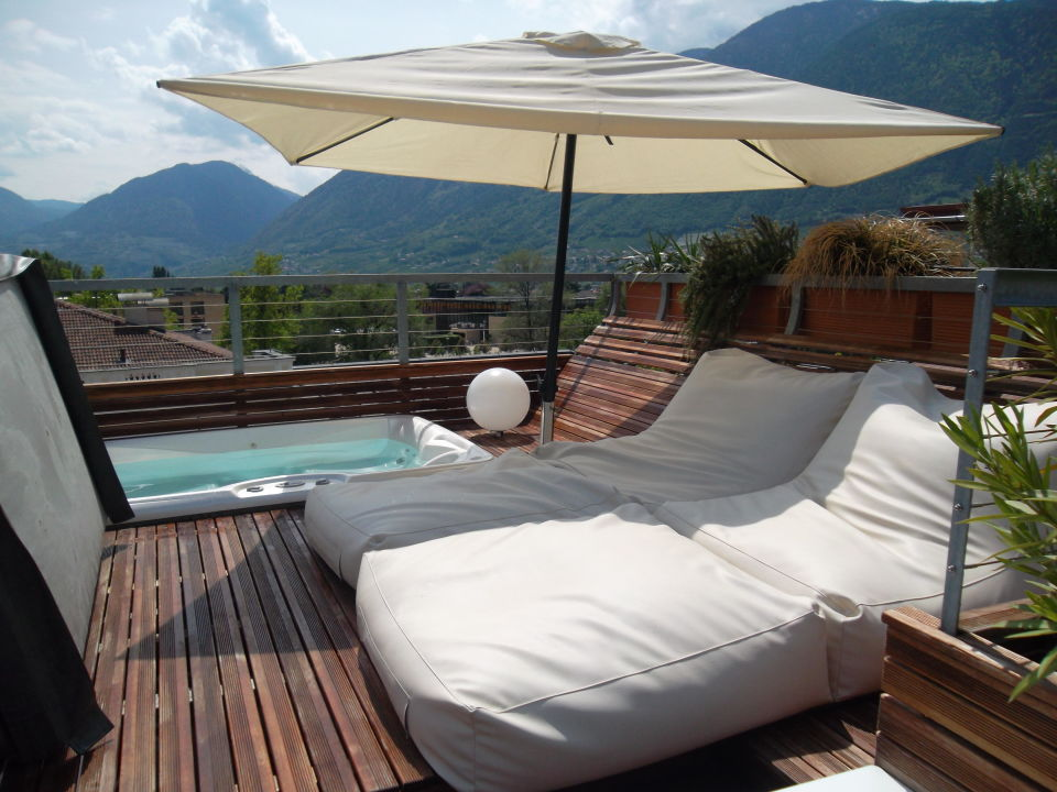 dachterrasse mit jacuzzi boutique design hotel. Black Bedroom Furniture Sets. Home Design Ideas