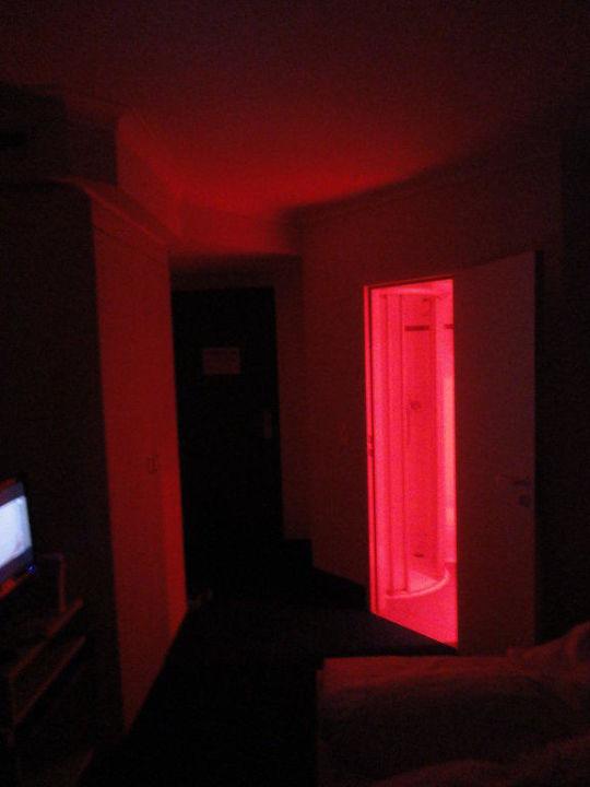 Rote Wärmelampe im Badezimmer\