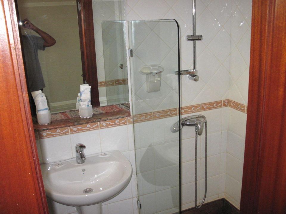 bad dusche und waschbecken mit starter kits apartments nogalera playa del ingles. Black Bedroom Furniture Sets. Home Design Ideas